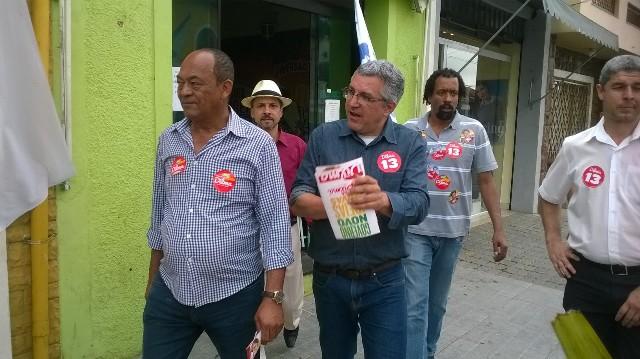 Padilha caminha pelo centro de Itapecerica e conversa com comerciantes e populares - Foto: Williana Lascaleia