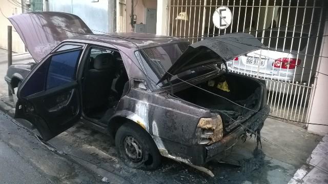 Carro de morador, que estava,  aproximadamente, cerca de 7 metros de distancia do ônibus, é atingido pelo fogo. - Foto: Williana Lascaleia