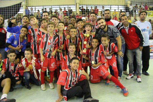 Equipe sub 12 de futsal do Taboão ganhou o título do Campeonato Metropolitano da Série Ouro - Foto: Divulgação