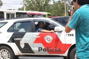 Segunda viatura a chegar com mandato de prisão cumprido - Foto: Williana Lascaleia