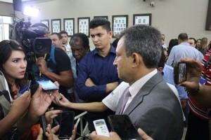 Diretor Jurídico da Câmara Municipal de Embu das Artes durante coletiva à imprensa - Foto: Williana Lascaleia