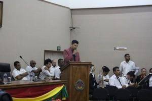 Assessor lê carta de prefeito eleito, Ney santos, à população - Foto: Williana Lascaleia