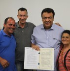 FOTO 01 - Prefeito Fernando Fernandes entrega mais 45 escrituras definitivas do Programa Cidade Legal